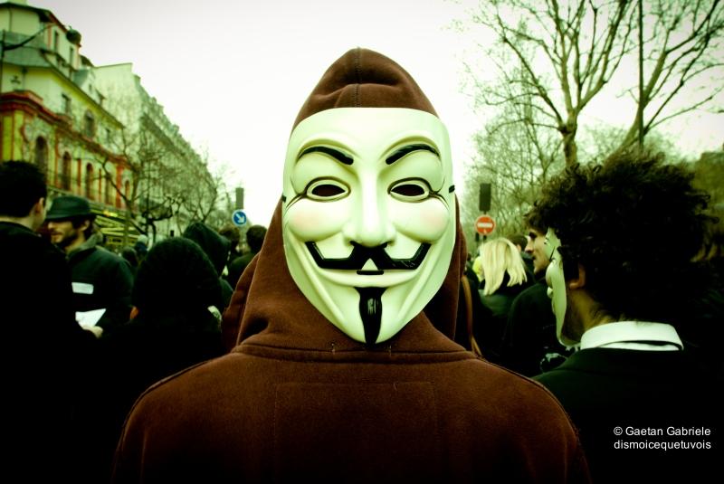 masque derrière la tête